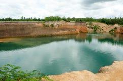Grands réservoirs et haut monticule en Thaïlande Photographie stock libre de droits