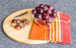 Grands raisins dans un bol en verre, raisins coupés image libre de droits