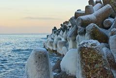 Grands rochers en pierre sur le bord de la mer Images libres de droits