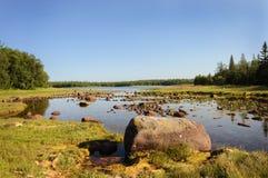 Grands rochers sur le bord de mer Image stock
