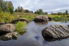 Grands rochers sur le rivage de la rivière du nord Photos libres de droits