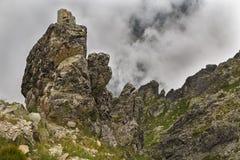 Grands rochers sur un passage de montagne photographie stock