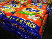 Grands sacs de détergent de marée dans le supermarché photos stock