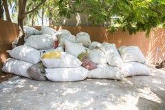 Grands sacs des bouteilles en plastique de rebut et d'autres types de déchets de plastique au site d'élimination des déchets Prép Photos stock