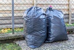 Grands sacs en plastique de poubelle des déchets photographie stock