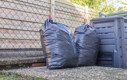 Grands sacs en plastique de poubelle des déchets image stock