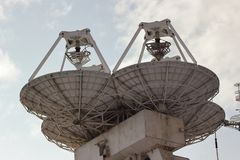 Grands satellites paraboliques marins image libre de droits