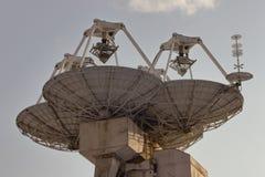 Grands satellites paraboliques marins photos stock