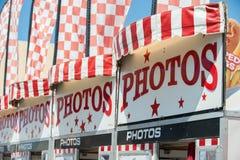 Grands signes et drapeaux d'attirer le client Photographie stock libre de droits
