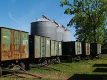Grands silos de texture derrière des chariots d'arachide et une noix de pécan Photo libre de droits