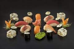 Grands sushi réglés au-dessus du fond noir Photo libre de droits