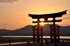 Grands tores de Miyajima dans le coucher du soleil photos libres de droits