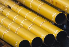 Grands tuyaux énormes jaunes sur la péniche en mer Photos libres de droits