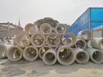 Grands tuyaux concrets dans la construction Photo stock