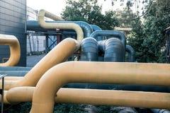 Grands tuyaux de gaz jaunes et gris photos libres de droits