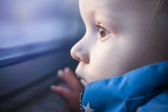 Grands yeux d'enfant en bas âge de bébé Image libre de droits