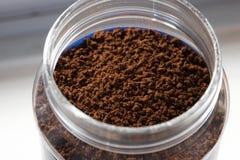 Granelli del caffè in barattolo fotografie stock libere da diritti