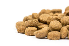 Granelli del cibo per gatti e del cane isolati sopra fondo bianco Fotografie Stock