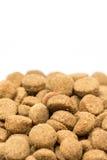 Granelli del cibo per gatti e del cane isolati sopra fondo bianco Fotografia Stock Libera da Diritti