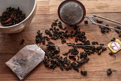 Granelli del tè, polvere del tè, bustina di tè ed ingredienti per tè piccante Fotografia Stock