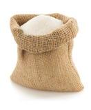 Granelli dello zucchero in borsa su bianco Immagine Stock