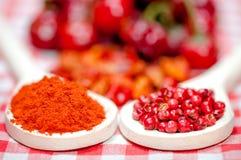 Granelli di pepe e peperoncini sani del peperoncino rosso Immagine Stock