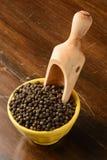 Granello di pepe con la ciotola gialla Fotografie Stock