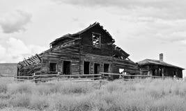 Granero abandonado blanco y negro, Osooyoos, Columbia Británica, Canadá foto de archivo