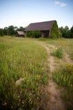 Granero abandonado en campo Imagen de archivo