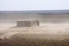Granero abandonado en el desierto Imágenes de archivo libres de regalías
