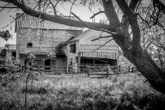 Granero abandonado en el país Foto de archivo libre de regalías