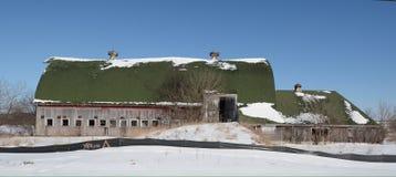 Granero abandonado en nieve Fotos de archivo libres de regalías