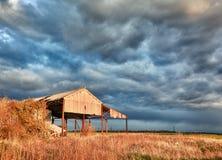 Granero abandonado en tormenta Imagen de archivo libre de regalías