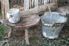 granero abandonado un cubo roto viejo y una cacerola de aluminio Foto de archivo libre de regalías