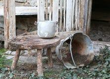 granero abandonado un cubo roto viejo y una cacerola de aluminio en Fotografía de archivo