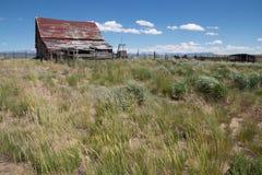 Granero abandonado viejo en la reserva del nacional del Arapaho Foto de archivo