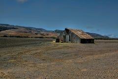 Granero abandonado viejo raquítico de la granja Imagenes de archivo