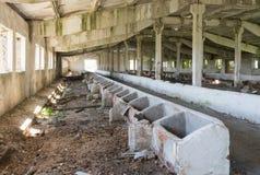 Granero abandonado viejo, vista interior del edificio Foto de archivo