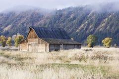 Granero alejado en un campo abierto Imagenes de archivo