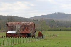 Granero antiguo delante de las montañas Fotografía de archivo libre de regalías