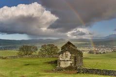 Granero arruinado con el arco iris Foto de archivo libre de regalías