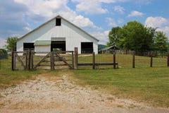 Granero blanco con la cerca de madera y de alambre Imagen de archivo