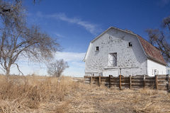 Granero blanco viejo en los llanos. Fotos de archivo libres de regalías