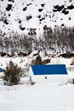 Granero con la azotea azul en paisaje del invierno Fotos de archivo