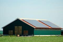 Granero con las células solares Foto de archivo libre de regalías