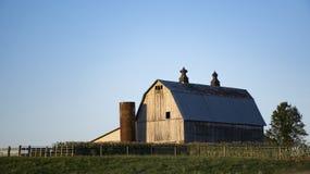 Granero de Amish del país en la puesta del sol fotos de archivo libres de regalías