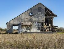 Granero de decaimiento en una zona rural Fotos de archivo libres de regalías