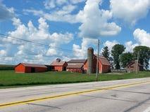 Granero de Iowa debajo del cielo azul imagen de archivo