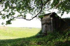Granero de la casa de Hobbit en césped verde del bosque imagen de archivo