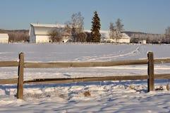 Granero de lechería histórico en el campo de la desnatadora en invierno Fotos de archivo libres de regalías